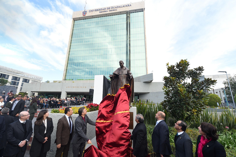 Autoridades universitarias, estatales y clericales, develando la escultura de Fray Antonio Alcalde
