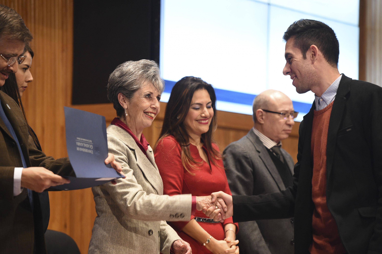 Maestra Luz María Solís Segura, directora del área de Examen General para el Egreso de la Licenciatura (EGEL) del CENEVAL, haciendo entrega de reconocimiento