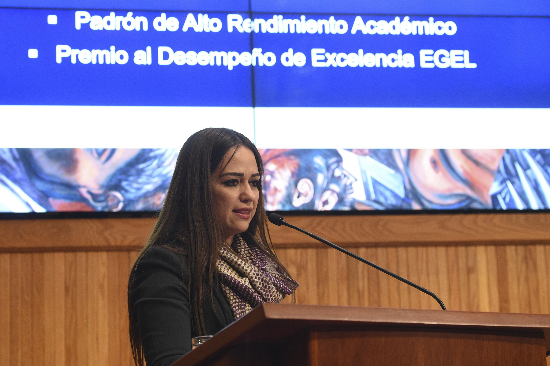Maestra Berenice Sánchez, haciendo uso de la palabra