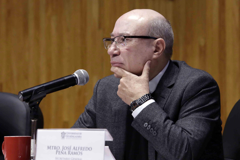 Mtro Jose Alfredo Peña Ramos participando en sesión extraordinaria
