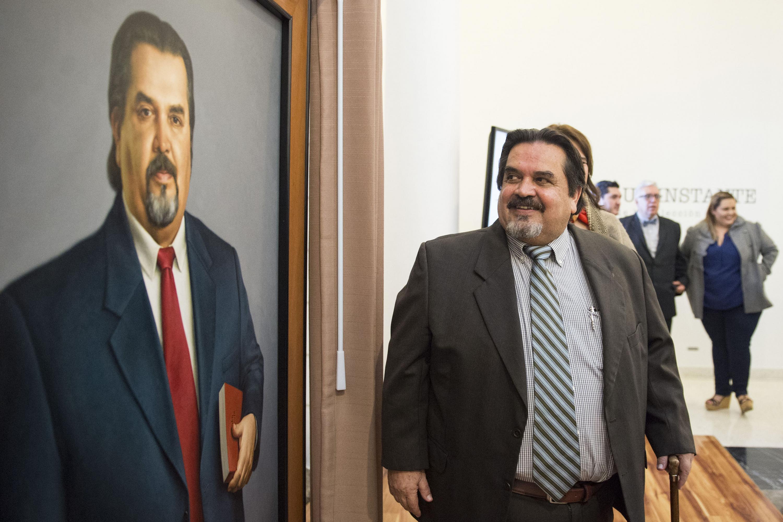 Doctor Marco Antonio Cortés Guardado, exrector número 47 de la Universidad de Guadalajara, apreciando su retrato al óleo
