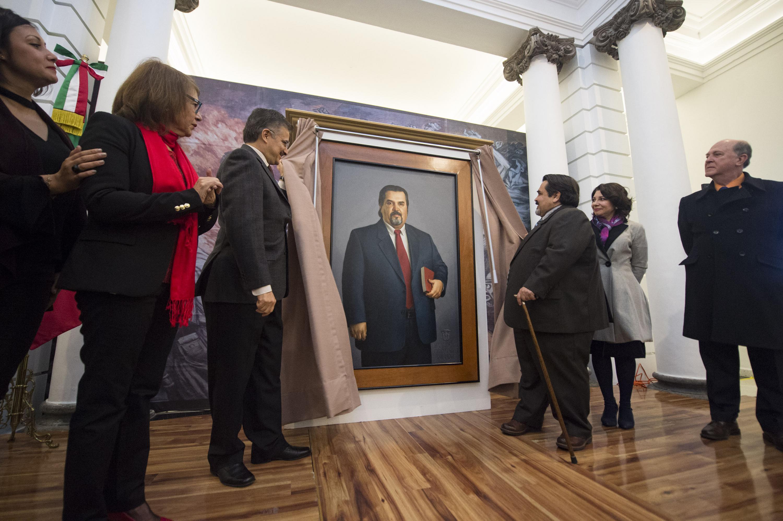 Maestro Itzcóatl Tonatiuh Bravo Padilla, Rector General de la Universidad de Guadalajara, encabezando la ceremonia de develación