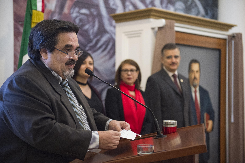 Doctor Marco Antonio Cortés Guardado, exrector de la Universidad de Guadalajara, ofreciendo discurso de agradecimiento, durante la ceremonia
