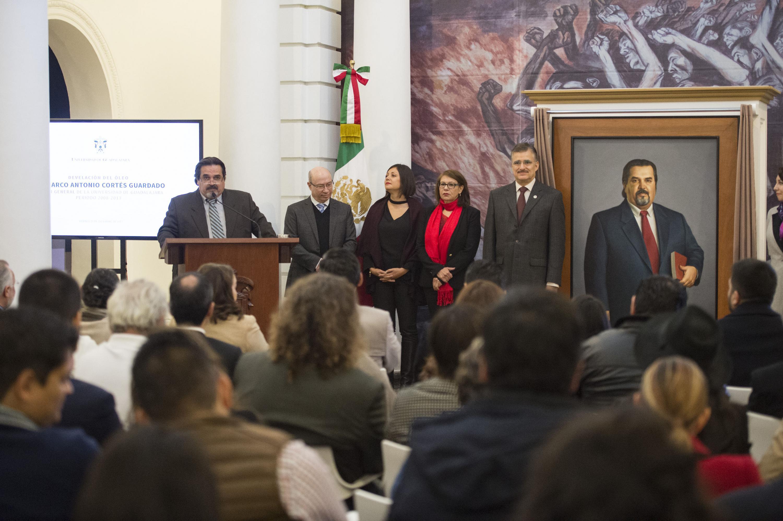 Autoridades de la Universidad de Guadalajara y público asistente, participando en la ceremonia de develación, del retrato al óleo del doctor Marco Antonio Cortés Guardado