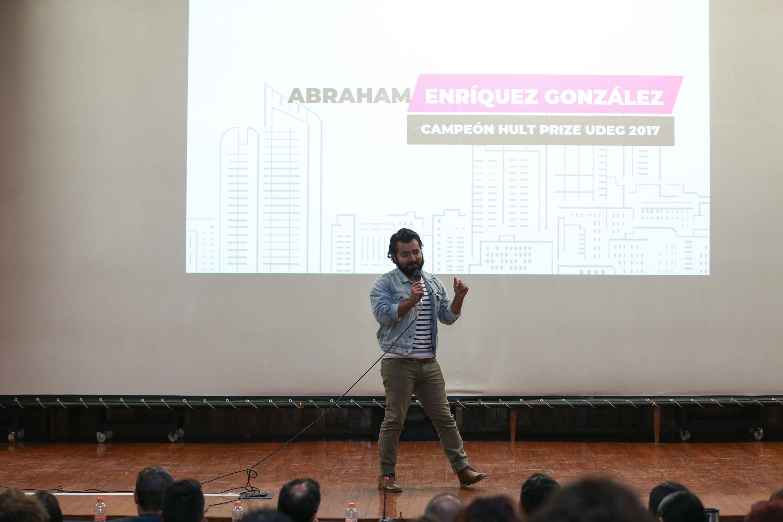 Estudiante Abraham Enriquez Gonzalez haciendo uso de la palabra