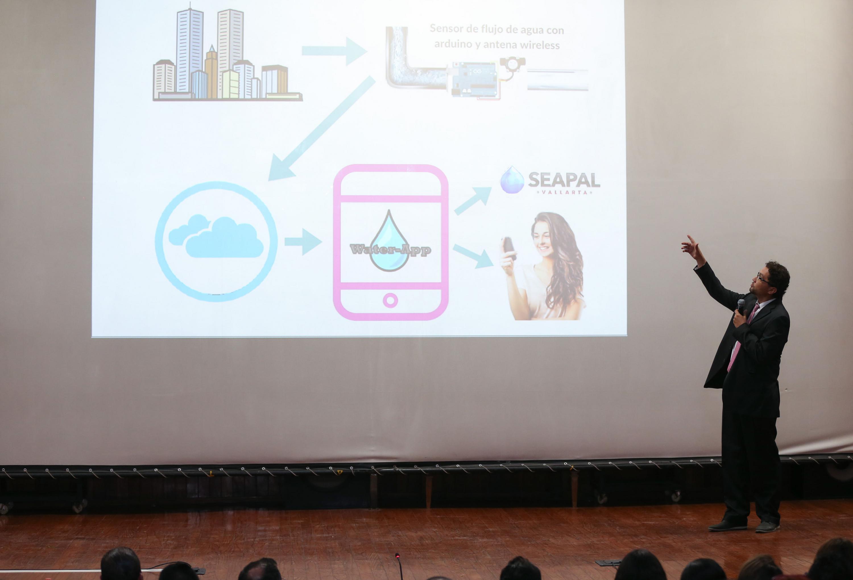 """Integrante del equipo explicando el proyecto """"Biocombustible con base en bagazo de caña, maíz o agave"""""""
