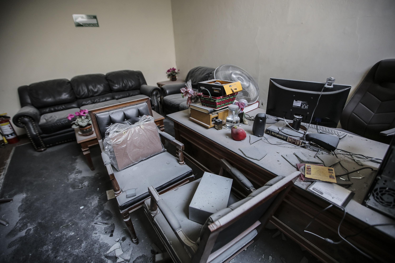 Evidencia de los daños causados por el siniestro, en una de las oficinas de la biblioteca.