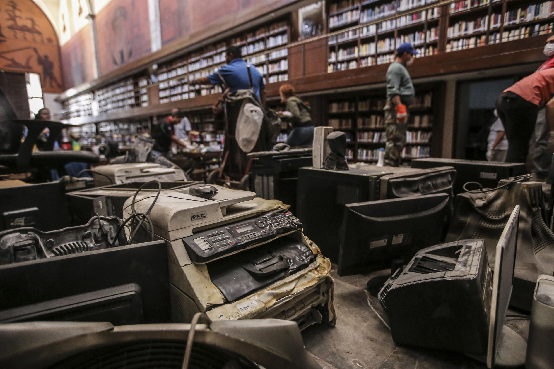 """Equipo de computo dañado por el incendio a la Biblioteca Iberoamericana """"Octavio Paz""""."""