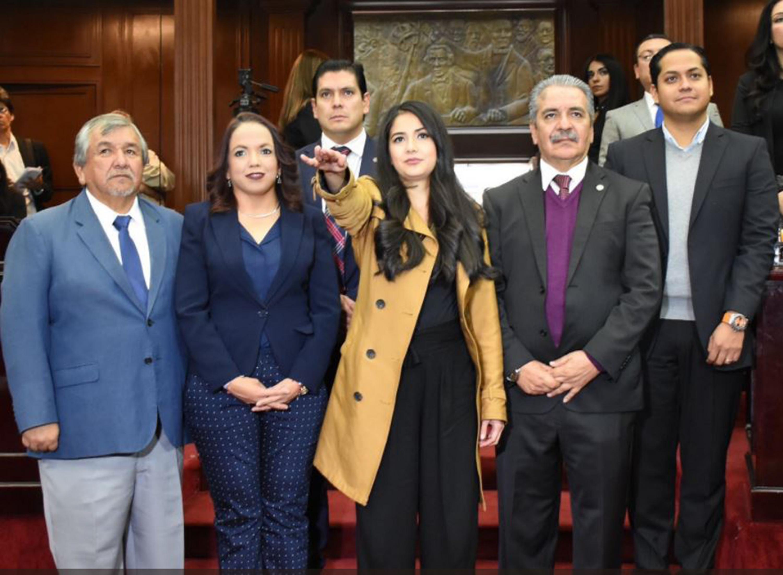 Areli Yamilet Navarrete Naranjo, egresada de la maestría en Transparencia y Protección de Personales de UDGVirtual, tomando protesta como comisionada del Instituto Michoacano de Transparencia, Acceso a la Información y Protección de Datos Personales (Imaip).