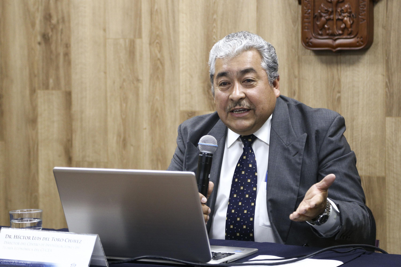 Doctor Héctor Luis del Toro Chávez, investigador del Departamento de Métodos Cuantitativos del CUCEA, participando en rueda de prensa.