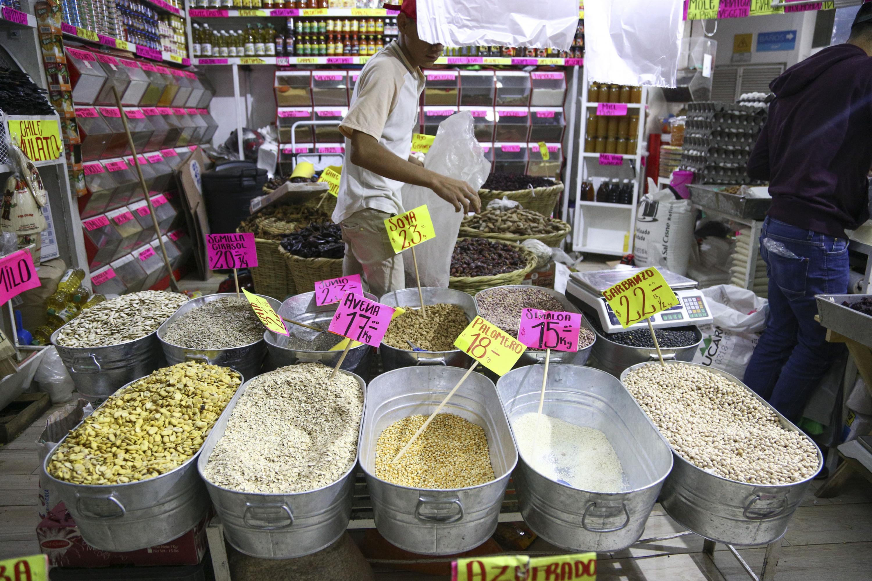 Tienda de abarrotes mostrando sus productos con los nuevos precios.