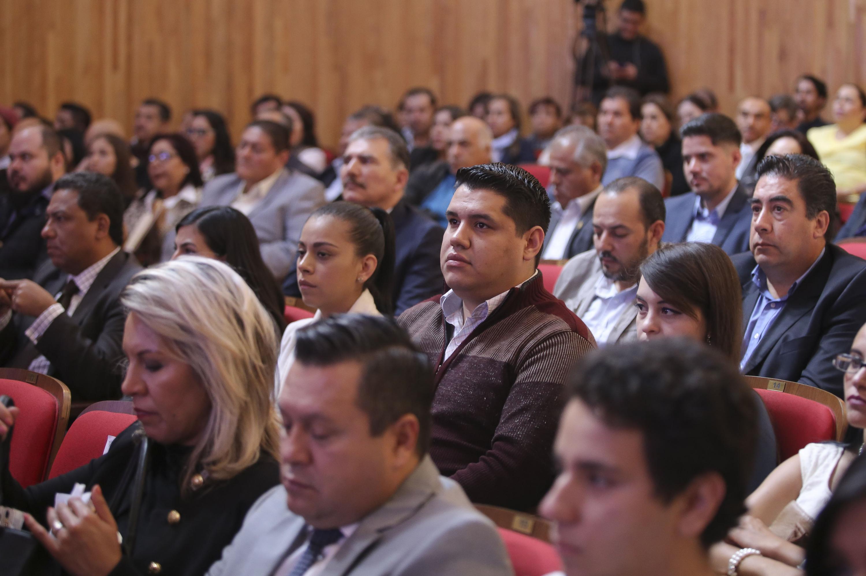Público, autoridades y directores del SEMS, asistentes a la ceremonia.