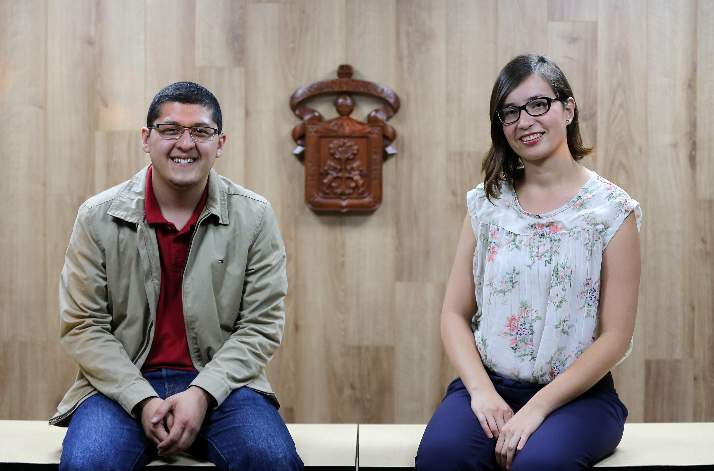 Emiliano Villegas Bernal, Cristina Patricia Carrasco Acosta, alumnos del CUCSH sentados en una banca