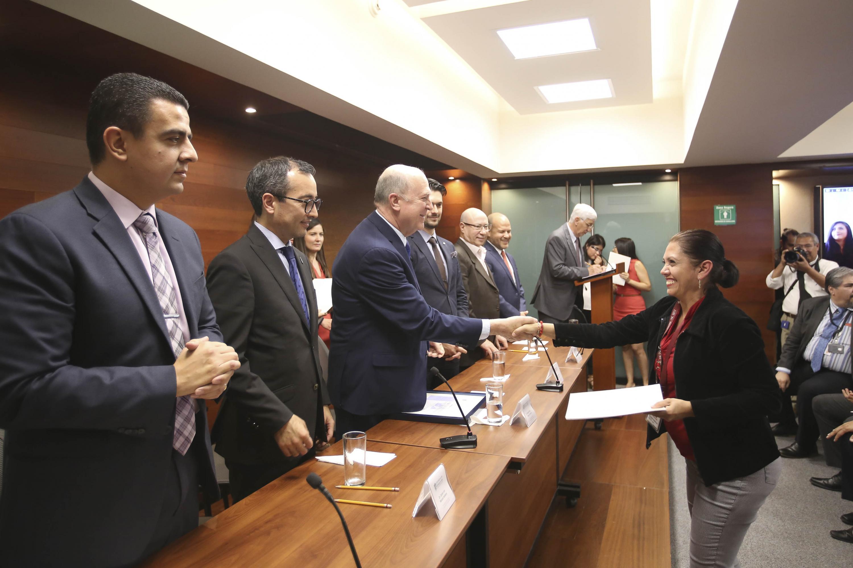 Rector General de la UdeG, doctor Miguel Ángel Navarro Navarro, haciendo entrega de reconocimiento a los participantes a empleados de la Universidad de Guadalajara