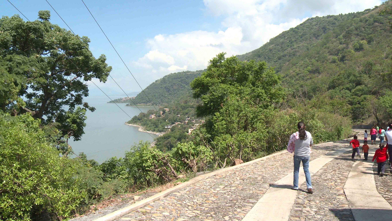 Pobladores de Agua Caliente en el municipio de Poncitlán, dirigiéndose a sus labores diarias.