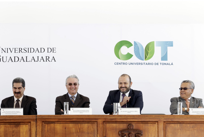 Rector del centro, doctor Ricardo Villanueva Lomelí y Secretario de Salud del Estado de Jalisco, doctor Alfonso Petersen Farah, participando en ceremonia de bienvenida.