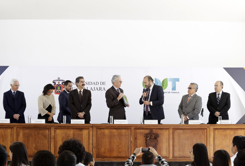 Doctor Ricardo Villanueva Lomelí, Rector del Centro Universitario de Tonalá,  haciendo entrega del reconocimiento al Secretario de Salud del Estado de Jalisco, doctor Alfonso Petersen Farah.
