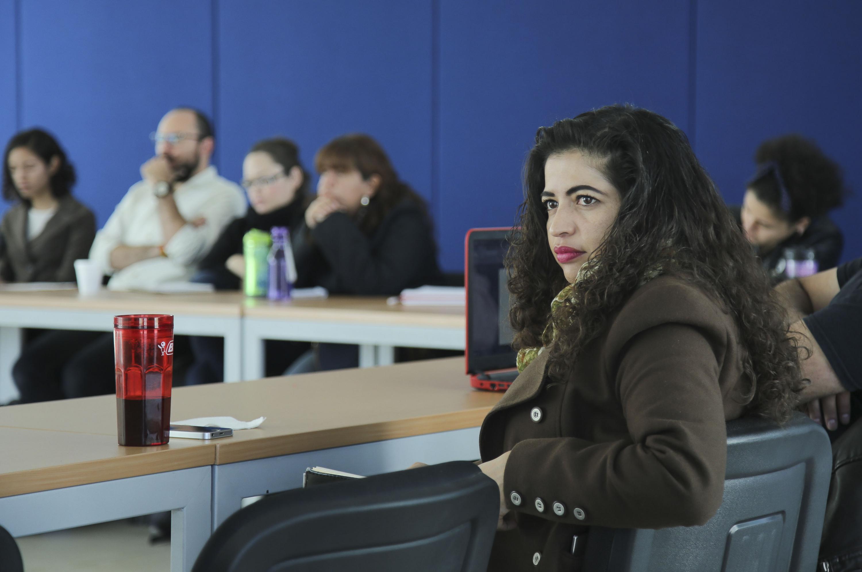 Alumna de la maestría en Estudios de Literatura Mexicana del CUCSH, prestando atención durante la conferencia.