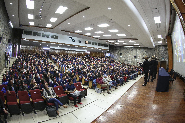 Mariachi tocando en la bienvenida a los 876 jóvenes provenientes de distintos países y estados de la República Mexicana.