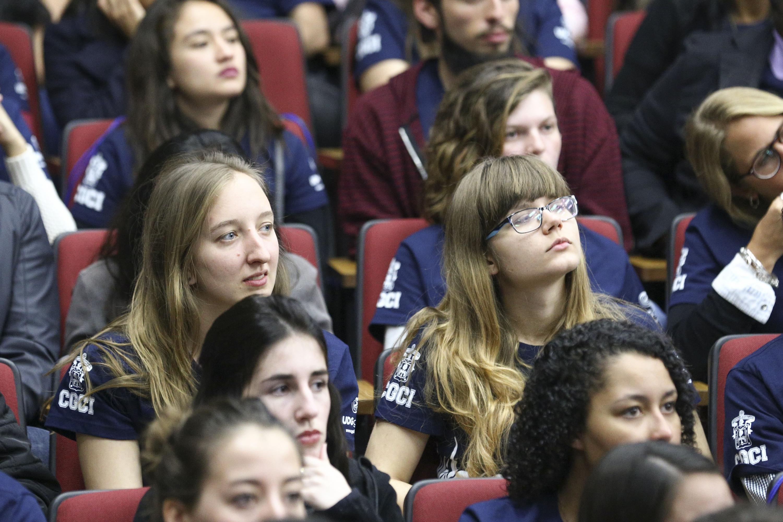 Estudiantes de intercambio prestando atención a la ceremonia de bienvenida.