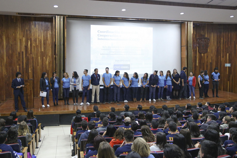 Personal de distintas dependencias de la Universidad de Guadalajara, presentándose ante estudiantes de intercambio.