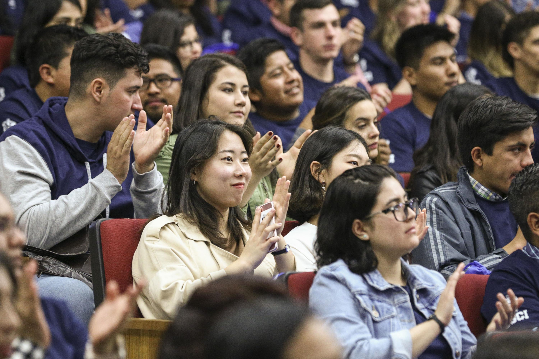 Estudiantes de intercambio asistentes a la ceremonia de bienvenida por parte de la Universidad de Guadalajara.