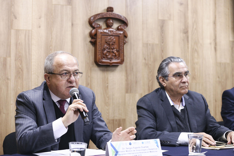 Doctor Sergio Fajardo Dueñas, coordinador del módulo e Ginecología y Obstetricia, con micrófono en mano, haciendo uso de la palabra.