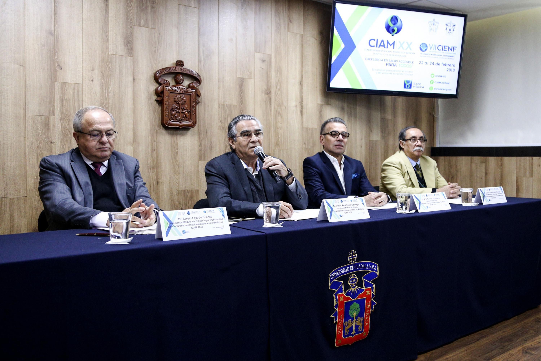 Doctor Carlos René López Lizárraga, Coordinador del módulo de Cirugía, con micrófono en mano, haciendo uso de la palabra.