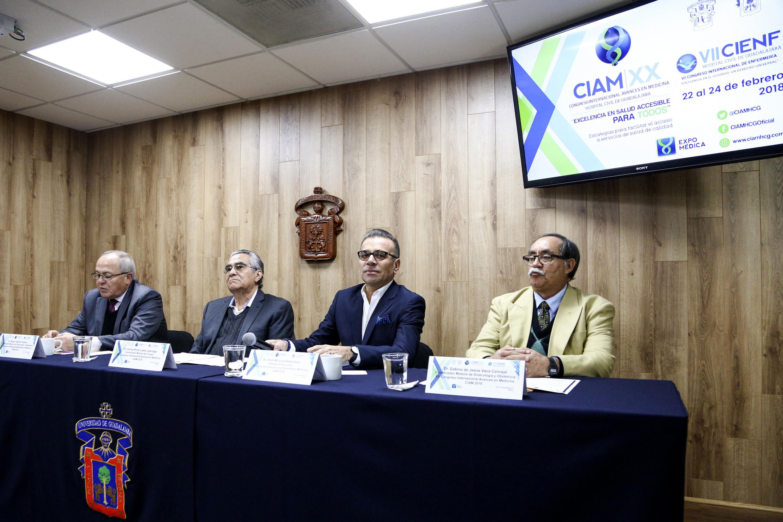 Especialistas del Hospital Civil de Guadalajara, participantes en la rueda de prensa.