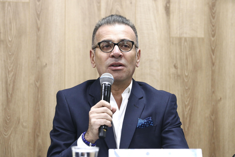 Doctor Ariel Miranda Altamirano, Presidente Ejecutivo del XX Congreso Internacional de Avances en Medicina 2018; con micrófono en mano, haciendo uso de la palabra.