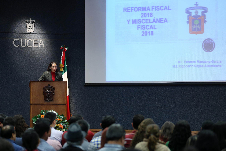 """Ponente haciendo uso de la palabra, durante la Conferencia """"Efectos fiscales del paquete económico 2018""""."""
