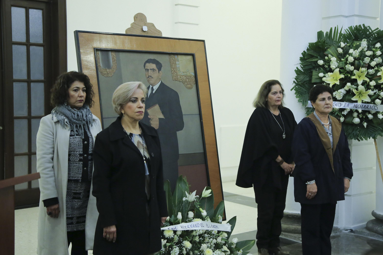 Cuatro mujeres realizando guardia de honor ante la fotografía de Constancio Hernández Alvirde, quien fuera Rector de la Universidad de Guadalajara.