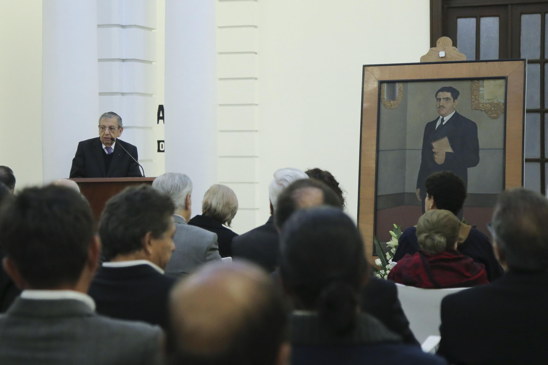 Maestro Emérito por la Universidad de Guadalajara, Adalberto Ortega Solís, hablando frente al micrófono.