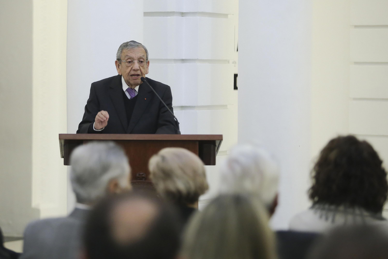 Maestro Emérito por la Universidad de Guadalajara, Adalberto Ortega Solís, haciendo uso de la palabra.