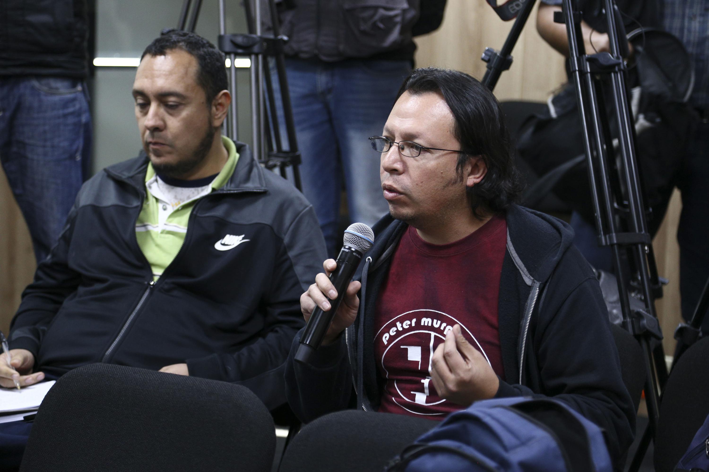 Medios de comunicación asistentes a rueda de prensa, cuestionando los pormenores de las nuevas carreras de la Universidad de Guadalajara.
