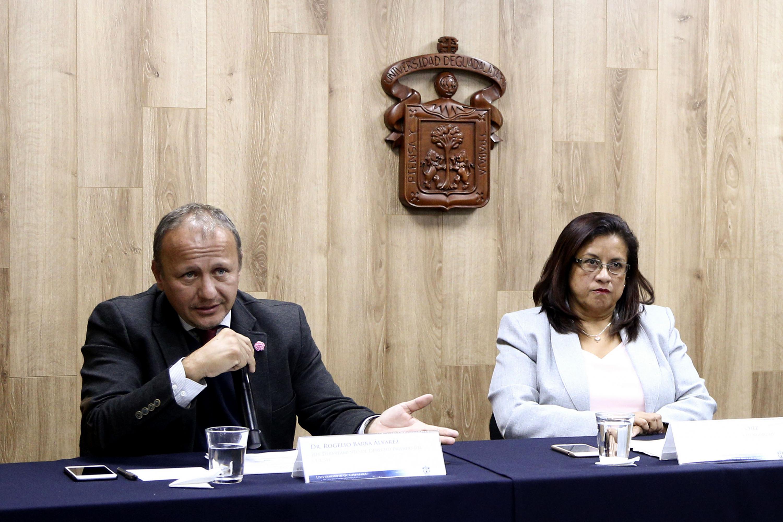Doctor Rogelio Barba Álvarez, jefe del Departamento de Derecho Privado del CUCSH, con micrófono en mano haciendo uso de la voz.