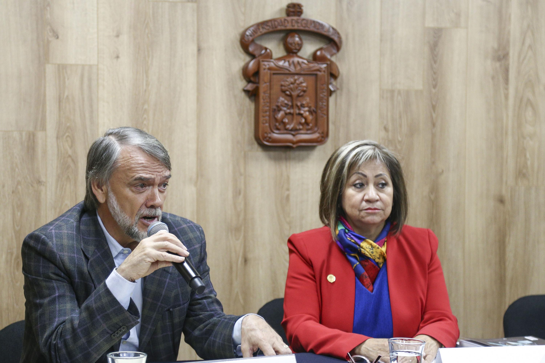 Titular de la Unidad de Atención a Comunidades Indígenas, maestro Juan Manuel Franco Franco, con micrófono en mano, haciendo uso de la palabra.
