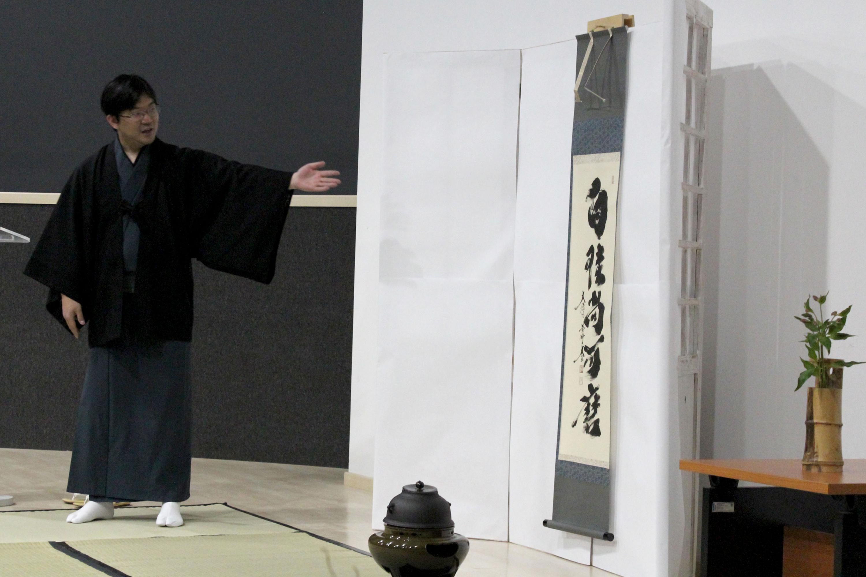 Vestido con indumentaria tradicional japonesa, el invitado presentó algunos objetos tradicionales