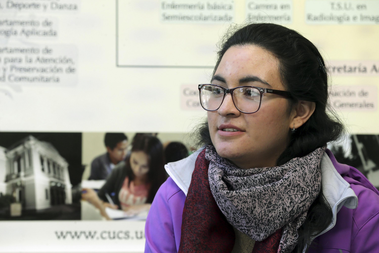 Laura Alejandra Torres Ascencio, jóven con mejor promedio en examen de admisión para la licenciatura, en entrevista.