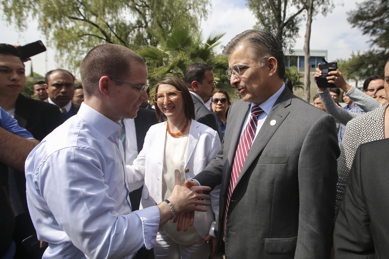 Rector general  maestro Itzcóatl Tonatiuh Bravo Padilla, saludando al precandidato Ricardo Anaya Cortés
