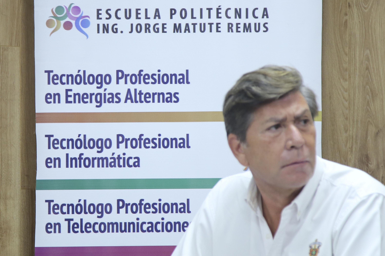 El maestro Oceguera adelante de un poster de las nuevas carreras técnicas