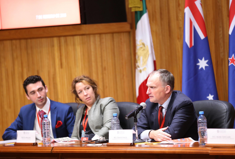 el embajador fue escuchado por los otros miembros del presidium
