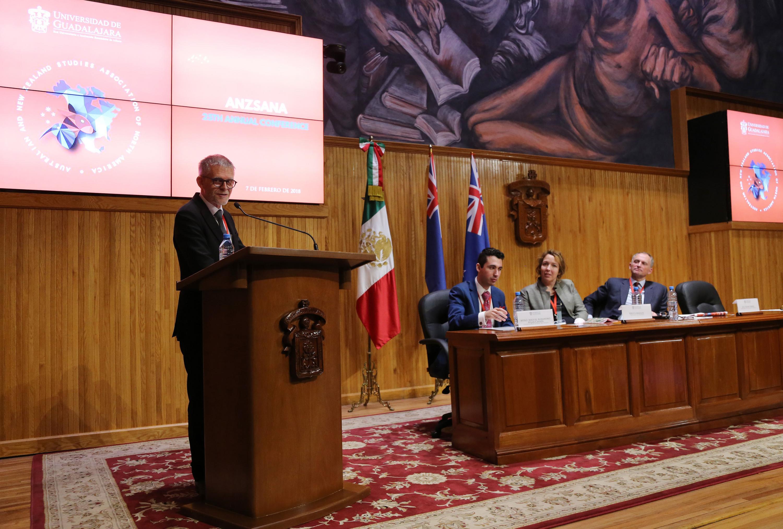 El embajador neozelandés hablando desde el podium