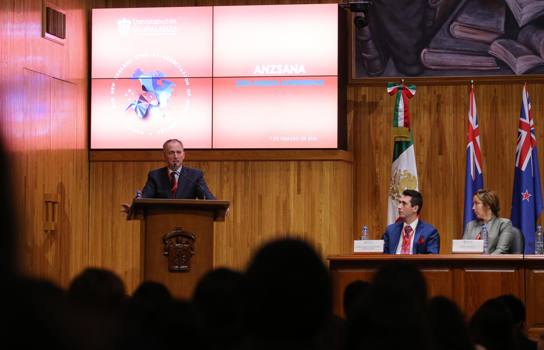 Miguel Alejandro Híjar Chiapa viendo desde su lugar al embajador