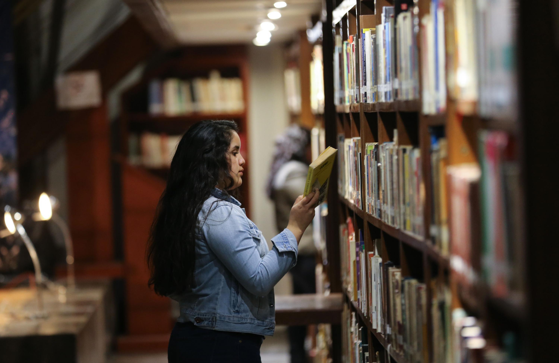 Una usuario de la Biblioteca Iberoamericana frente a uno de los libreros