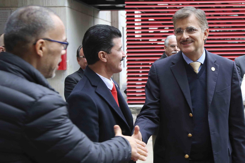 Rector General de la Universidad de Guadalajara Maestro Itzcóatl Tonatiuh Bravo Padilla, saludando al Maestro Ernesto Flores Gallo, Rector del (CUAAD)