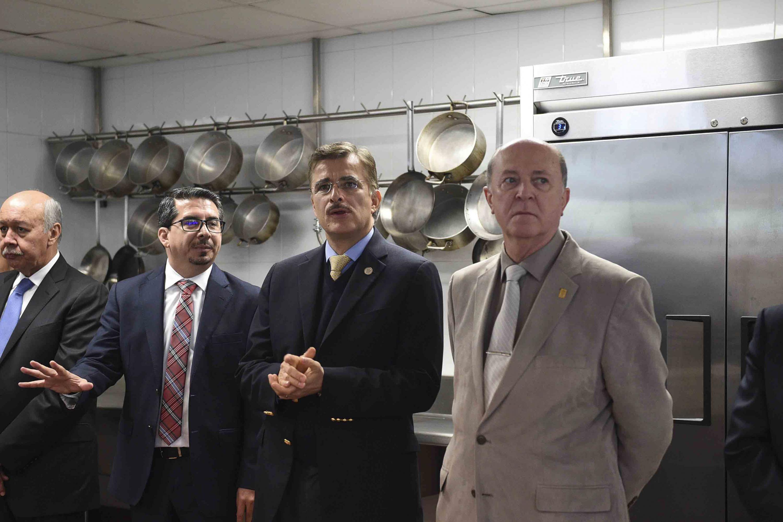 Autoridades generales de la UdeG y del CUCEA, visitando el restaurante oficial del centro universitario.