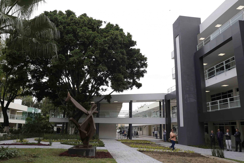 Vista panorámica de los jardínes, escultura y nuevos edificios construídos en el centro universitario.