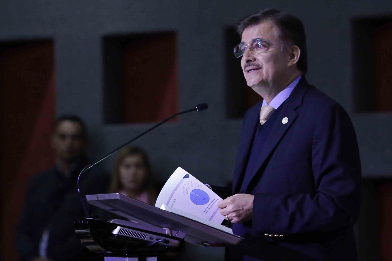 Rector General de la UdeG, maestro Itzcóatl Tonatiuh Bravo Padilla, en podium del evento, haciendo uso de la palabra.