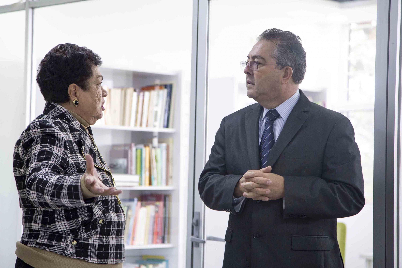 Doctora Cristina Cortinas, exacadémica de la UNAM y doctor Carlos Beas Zárate, rector del CUCBA, estableciendo comunicación.